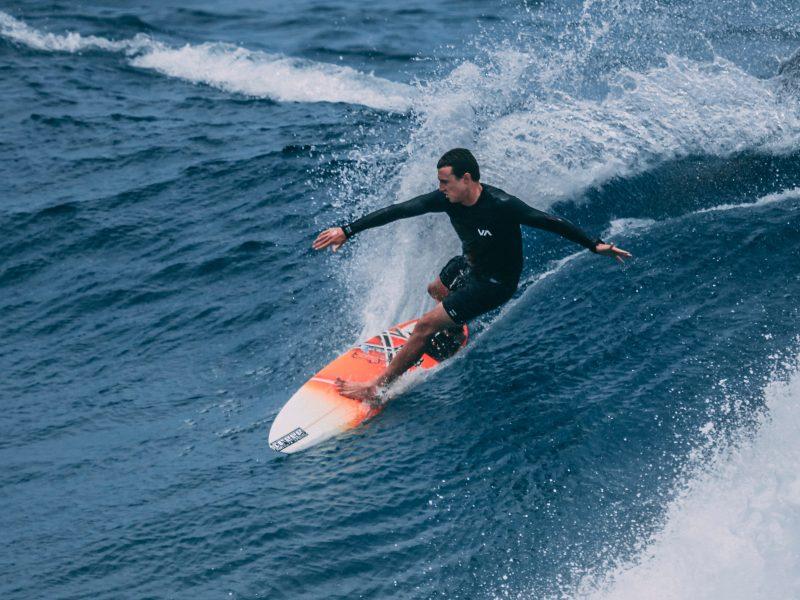 Co sprzyja jeździe na desce do wakesurfingu?